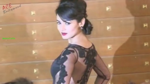 Sonal Chauhan in Transparent Laced Dress At Filmfare Awards 2013[19-27-31]
