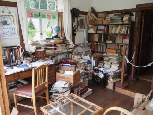 モリコロパークサツキとメイの家にある本など乱雑に置かれた書斎