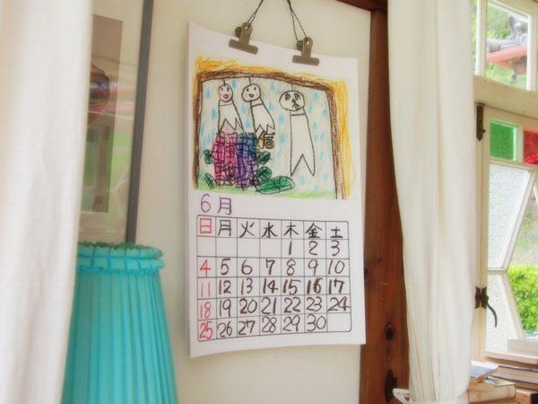 サツキとメイの家にあるてるてるぼうずが描かれた手書きのカレンダー