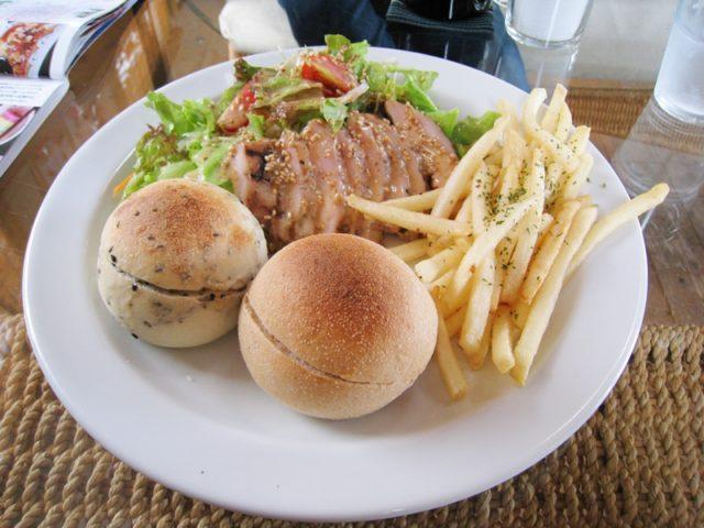 丸いパンが2つとサラダとポテトが皿に乗っている