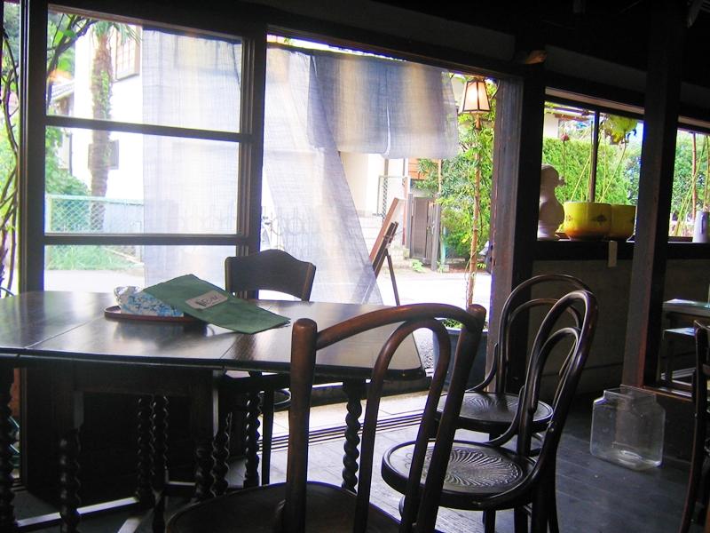テーブルと椅子外には街並み