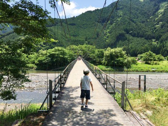 長光寺のつり橋に立つ子供