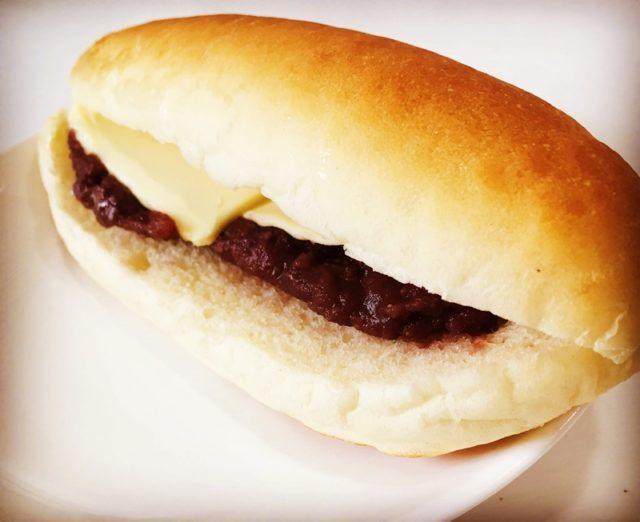 コッペパンにあんバターが挟んである