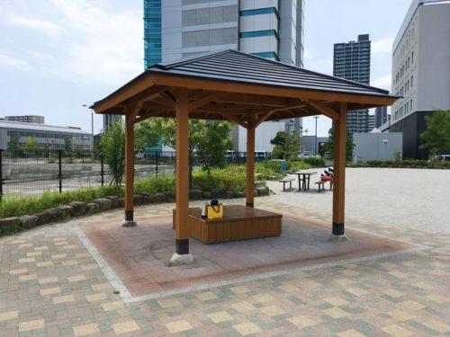東静岡スマイル公園の屋根のついた東屋、中に椅子があり荷物が置いてある