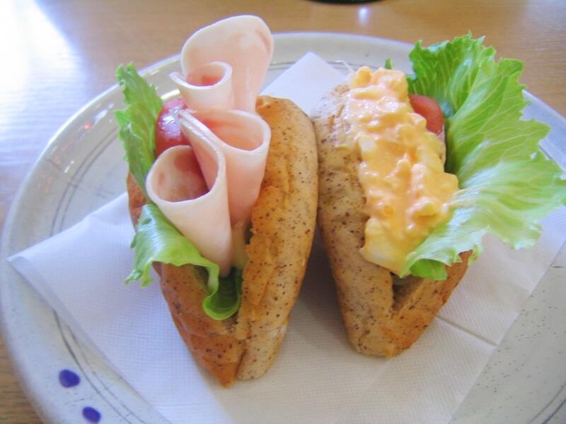 パンに卵とレタス、ハムがサンドされている