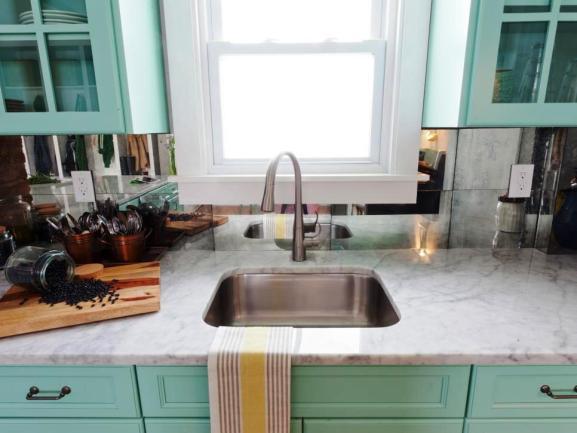 Menentukan Warna Cat Dapur Rumah - Teal-cabinets-marble-countertop
