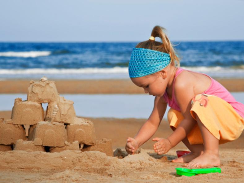 Seorang Anak Membuat Istana dari Pasir di Pantai Karang Jahe Rembang