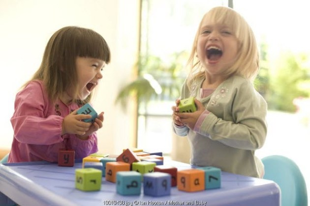 Anak bermain dan bercanda tertawa bahagia