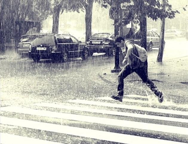 lari di jalan zebra cross saat hujan