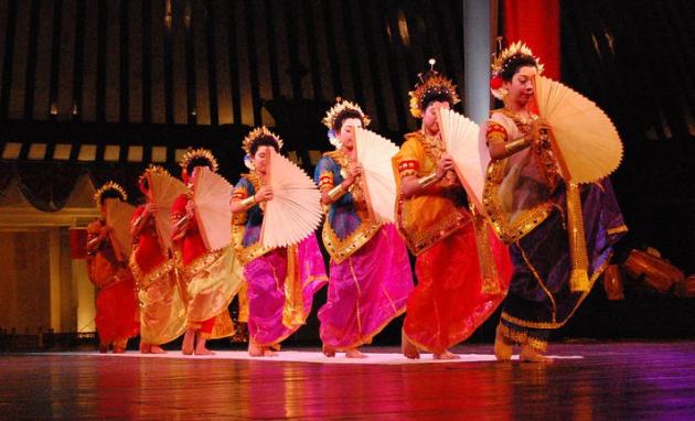 Macam-macam Tarian Tradisional Daerah Indoensia dan Penjelasannya Tarian Pakarena