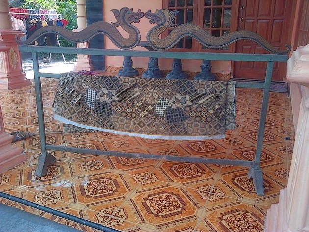 gawangan dari besi ada motof naga