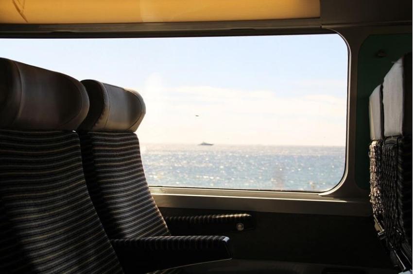 Pilih Tempat Duduk Kereta Api dekat jendela atau koridor