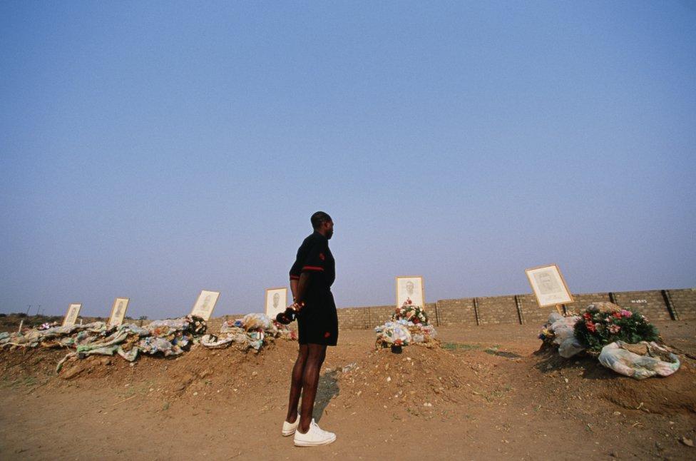 El 27 de abril de 1993, los 30 ocupanmtes del avión de la Fuerza Aérea de Zambia mueren tras caer al mar tras despegar del aeropuerto de Libreville, en Gabón. En el aparato viajaban los 17 jugadores y el cuerpo técnico de la selección de fútbol de Zambia.