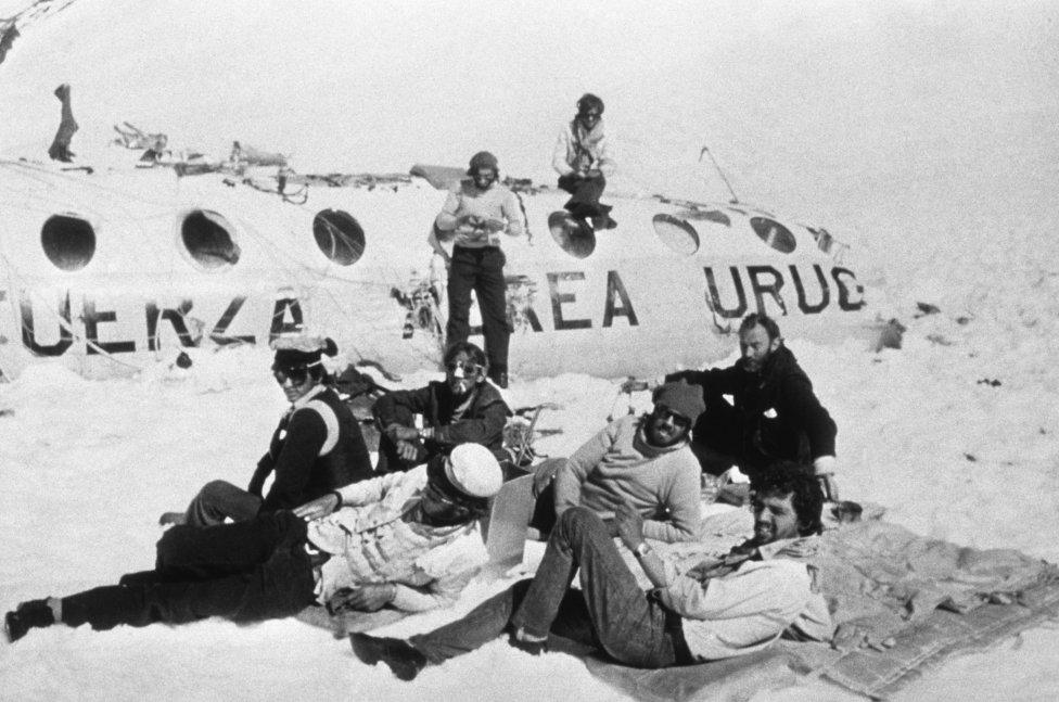 El 13 de octubre de 1972 se estrelló en la cordillera andina el vuelo 571 de la Fuerza Aérea Uruguaya en el que viajaban 45 personas, entre ellos los jugadores del equipo de rugby Old Christians. 16 personas lograron sobrevivir al percance y al frío durante dos meses en los que llegaron a alimentarse de la carne de los pasajeros fallecidos para no perecer.