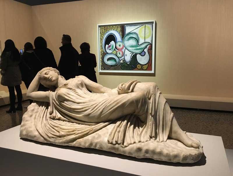 Una delle sale della mostra Picasso Metamorfosi – In primo piano: Anonimo, Arianna addormentata, (III sec d.C.); sullo sfondo: Pablo Picasso, Nudo disteso (4 aprile 1932) – Photo by MaSeDomani