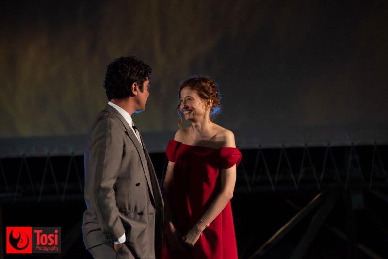 I protagonisti del film Magari, Riccardo Scamarcio e Alba Rohrwacher, sul palco di Piazza Grande © Tosi Photography