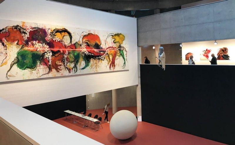 Uno scorcio della mostra The Worth of Life - Sulla parete: NO TITILE (PAINTING), 2019; al piano terra: IN BETWEEN, 2018, scultura in poliestere - Photo: MaSeDomani