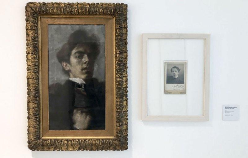 Marcello Dudovich, autoritratto, 1895 (a sinistra); Autore ignoto, ritratto di Dudovich da giovane con dedica (a destra) - Photo: MaSeDomani