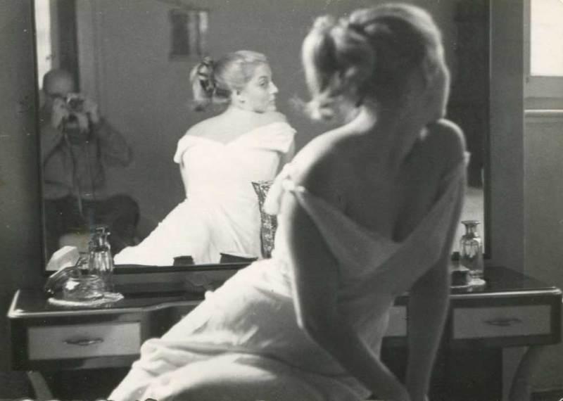 Marcello Dudovich, modella in posa riflessa nello specchio, fotografata da Dudovich, c. 1950