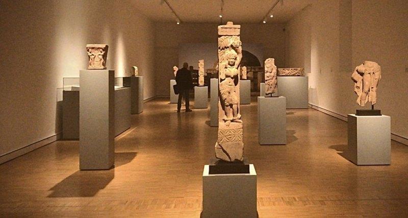 La prima sala della mostra INDIA ANTICA al Museo d'arte Mendrisio. In centro, pilastro di una balaustra con una salabhanjika, Mathura, I° secolo d.C., arenaria rossa - Photo: MaSeDomani