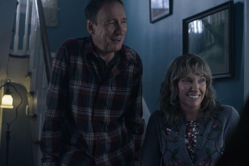 David Thewlis e Toni Collette in una scena di Sto pensando di finirla qui. Cr. Mary Cybulski/NETFLIX © 2020