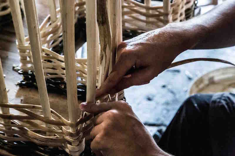 La ragione nelle mani, un apprendista intrecciatore al lavoro. Photo: © Emanuel Montini.