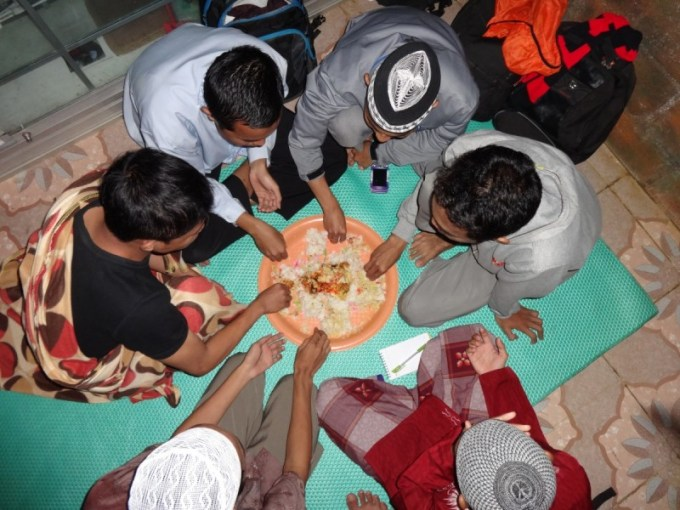 makan berjamaah dalam datu nampan
