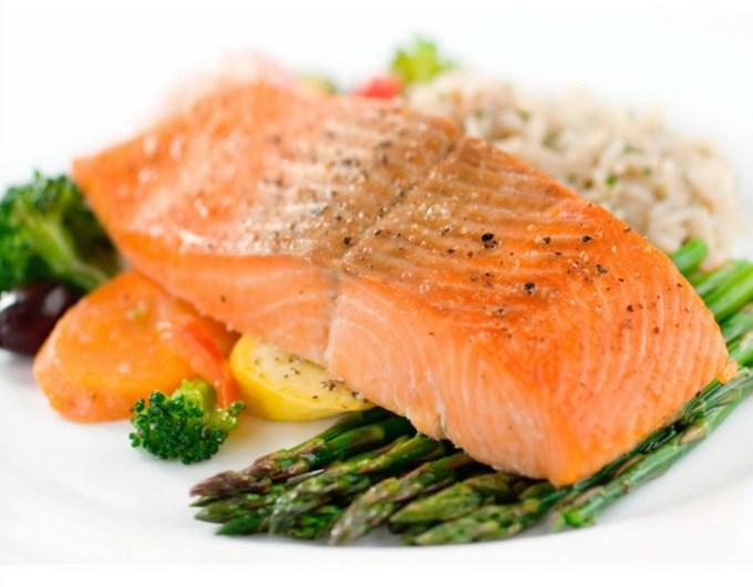 Ikan Salmon dengan sayuran pelengkap
