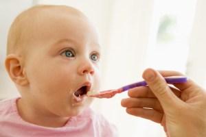 Bayi lucu sedang makan
