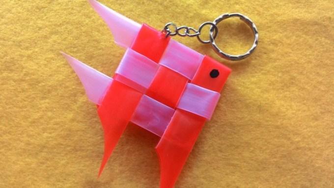 Kerajinan tangan dari sedotan berbentuk gantungan kunci ikan