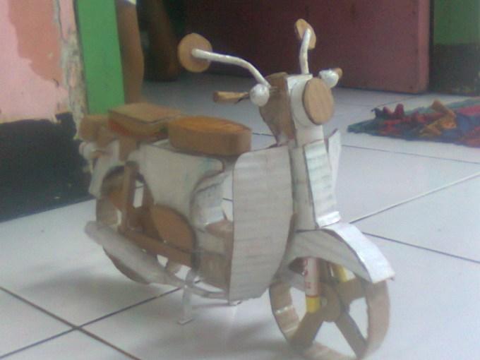 Mainan berbentuk motor dari kardus