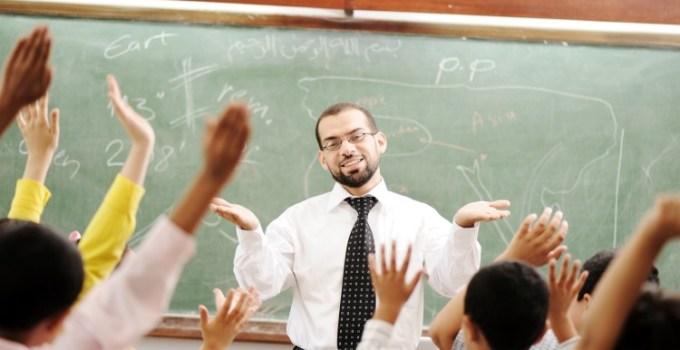 Guru mengajar di kelas