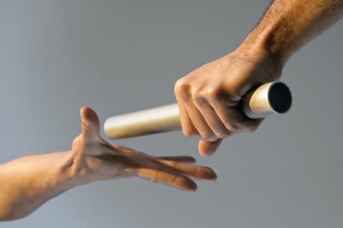 Memegang tongkat estafet