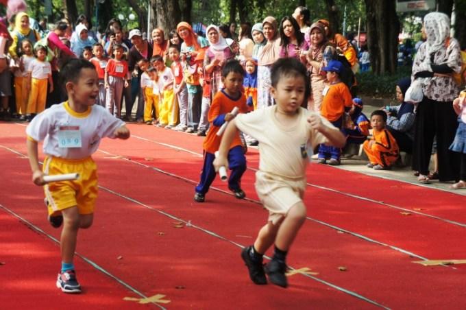 perlombaan lari estafet anak