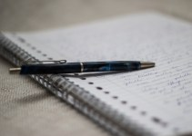 Menulis menggunakan pulpen