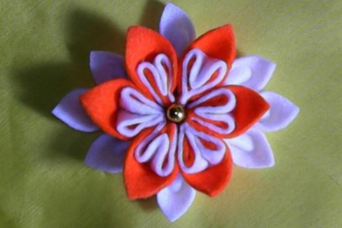 Bros berbentuk bunga yang terbuat dari kain flanel