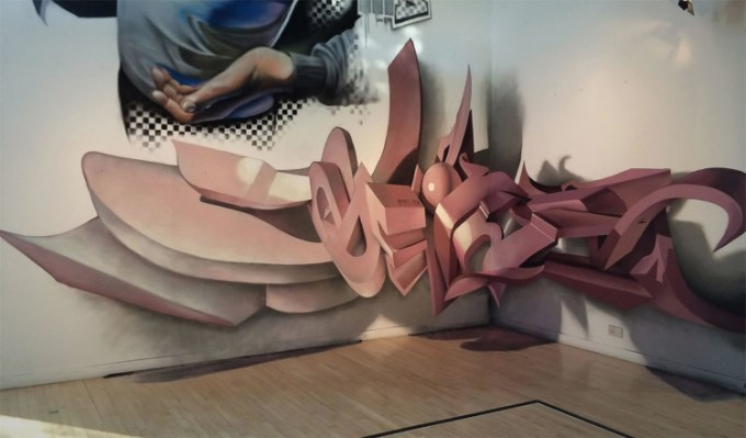Gambar grafiti yang terlihat seperti muncul dari tembok