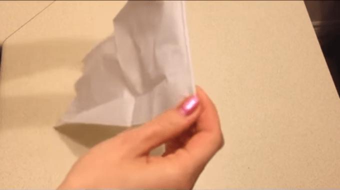 Membuat mawar dari kertas tisu dengan menggulungnya