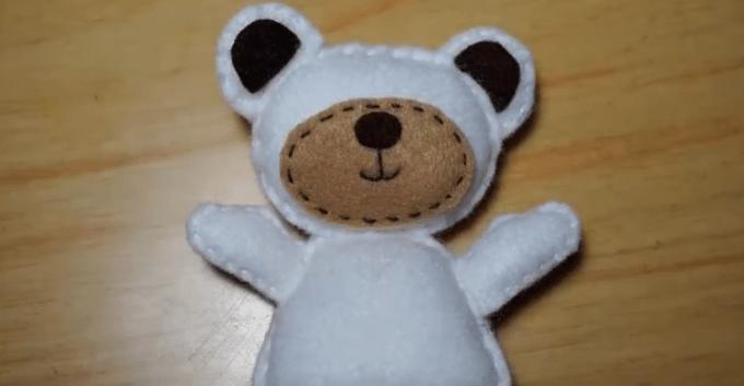 Mengisi bagian kepala dengan dakron ketika membuat boneka dari kain flanel