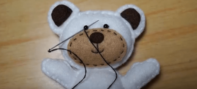 Membuat boneka dari kain flanel dengan menjahit bagian mata