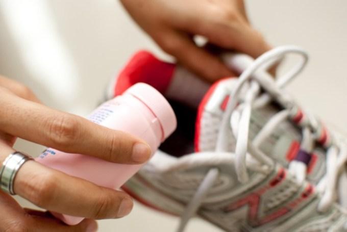 Merawat sepatu dengan cara menghilangkan bau pada sepatu menggunakan bedak bayi