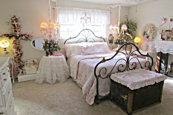 Dekorasi kamar pengantin dengan motif bunga