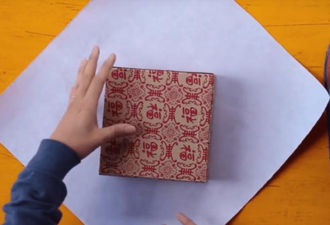 Meletakkan kado di kertas pembungkus