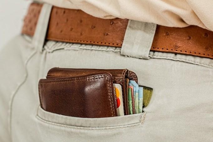 Dompet kulit sapi di dalam kantong