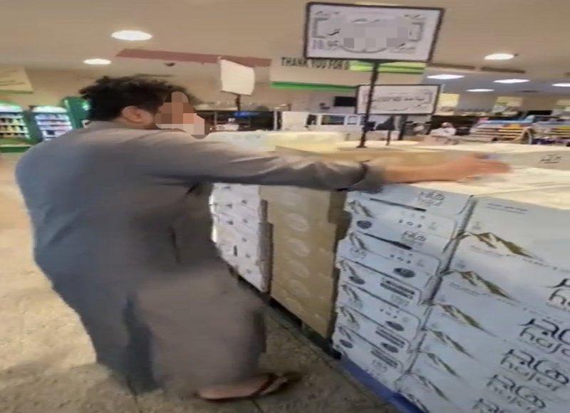 الجهات الأمنية تقبض على مقيم شرب من عبوة مياه وأعادها إلى الصندوق بأحد المتاجر