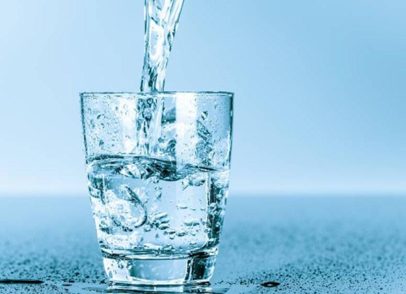 «الصحة العالمية» تكشف حقيقة فعالية «الماء الساخن» في قتل فيروس كورونا