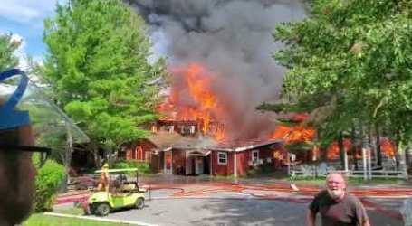 El fuego destruyó un gran edificio en el campamento