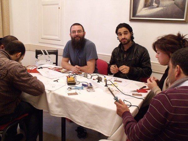 Des Tunisiens apprennent à fabriquer un émetteur pirate à l'hôtel Majestic