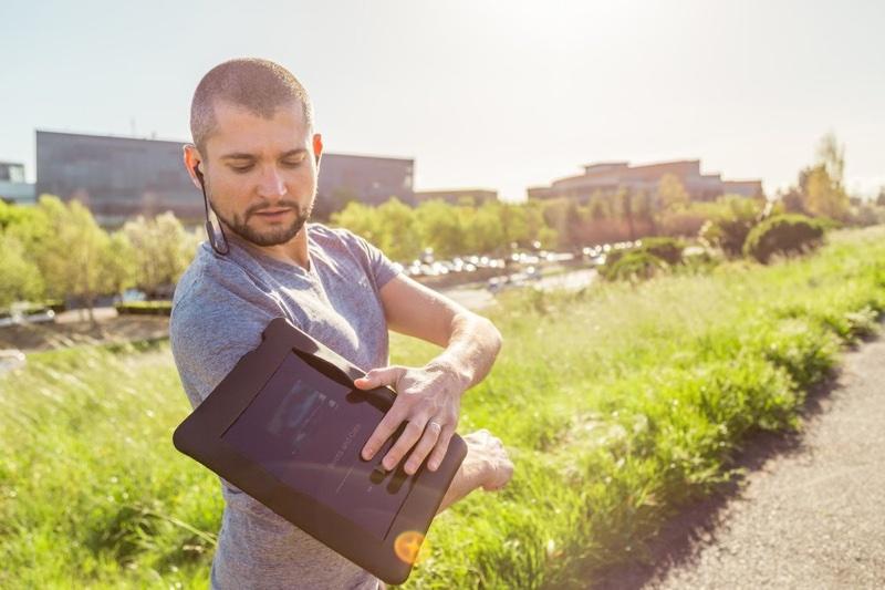 armband.width 1000 resize Google推出Chromebook專屬自拍棒、虛擬實境配件及運動臂套