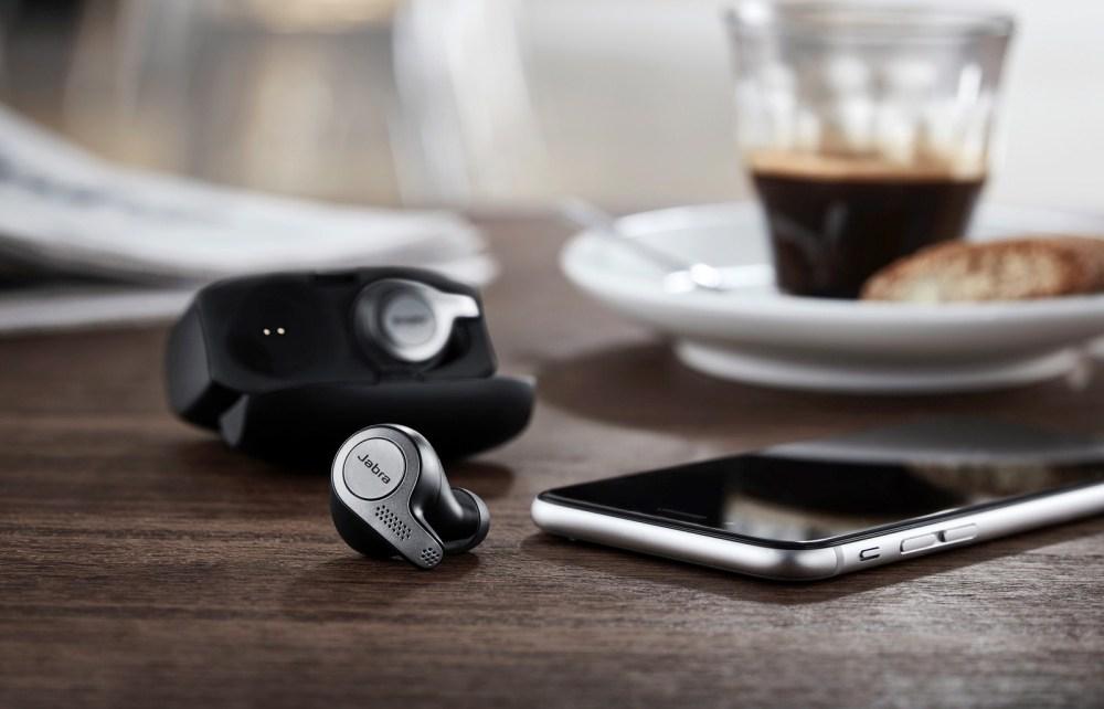 resize elite 65t contextual 5 earbuds charging case 1 Jabra推出新款真無線耳機 可透過觸控方式喚醒Siri、Alexa等數位助理服務